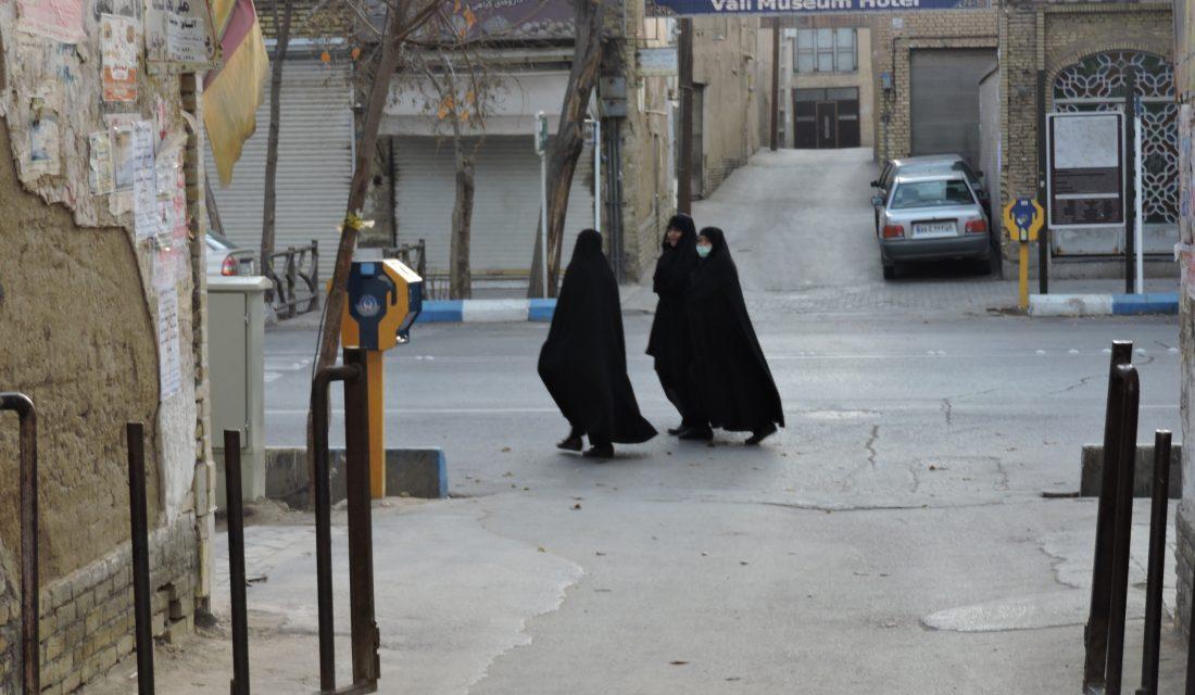 Donne iraniane indossano il Chador e passeggiano a Yazd