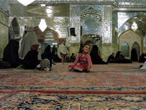 bimba felice dentro Shah Ceragh, la moschea degli specchi a Shiraz