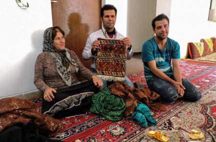 Famiglia di nomadi qashqai a casa loro. [...] mostra i loro vestiti tradizionali