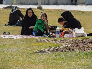 Donne iraniane che fanno picnic nei prati della piazza di Isfahan durante il giorno della preghiera
