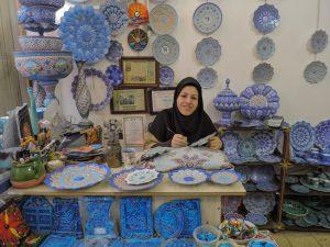 Ricamatrice di piatti a Isfahan
