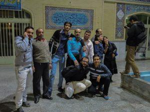 Combriccola di amici all'interno di una parrocchia islamica a Isfahan