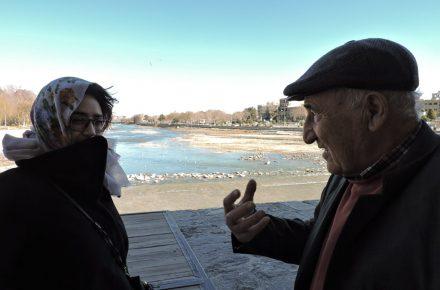 [...] spiega qualcosa ad alle a fianco del ponte Khaju a Isfahan