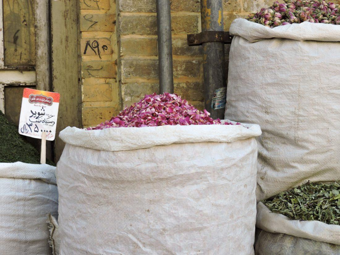Il rosa dei fiori: fiori secchi in vendita al bazaar di Shiraz
