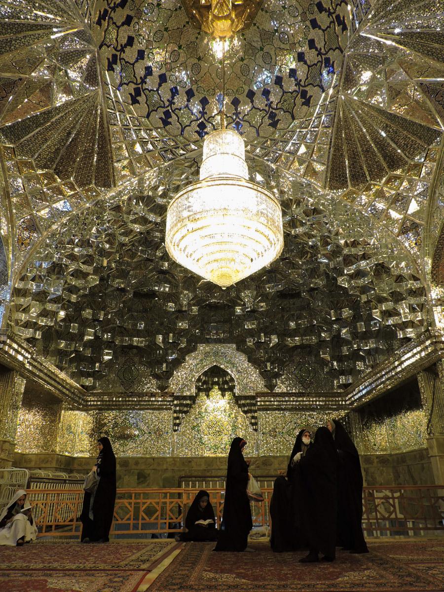 Il nero e l'islam: celeberrimo interno di Shah Cheragh, la moschea degli specchi a Shiraz