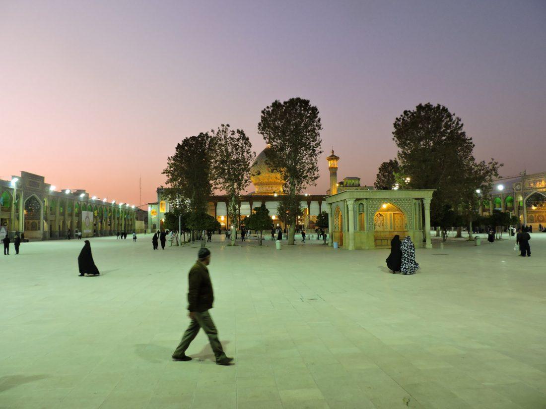 Il rosa dei tramonti: tramonto sulla piazza di Shah-Ceragh a Shiraz