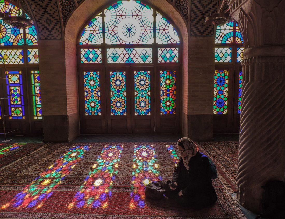 il rosa degli intarsi: il gioco di luci nell'interno di Nasir Ol Molk (la moschea rosa) a Shiraz
