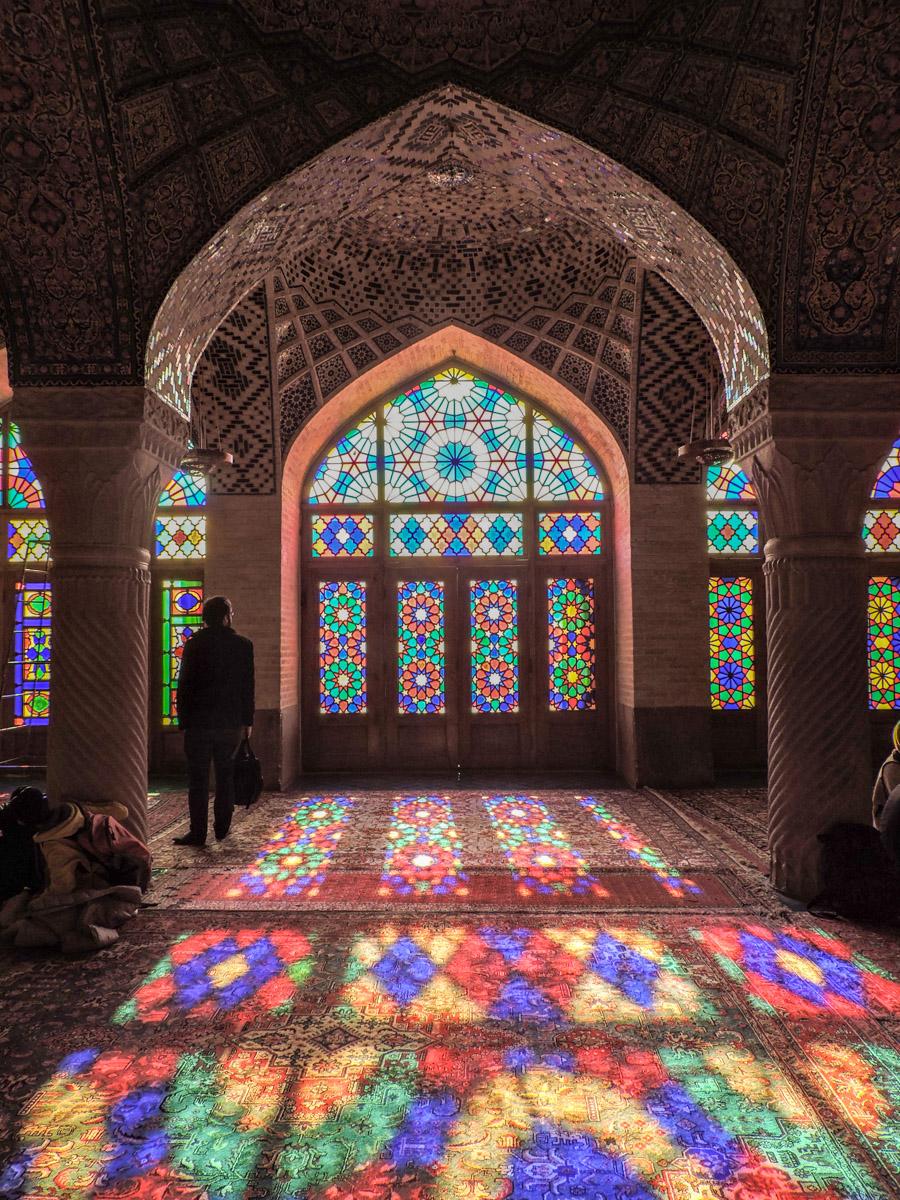 Il rosa degli intarsi: vetri colorati nell'interno di Nasir Ol Molk (la moscha rosa) a Shiraz
