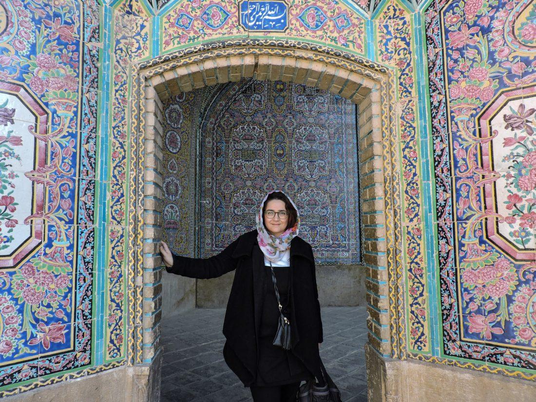 Il rosa degli intarsi: alle sulla soglia di un portale di una moschea
