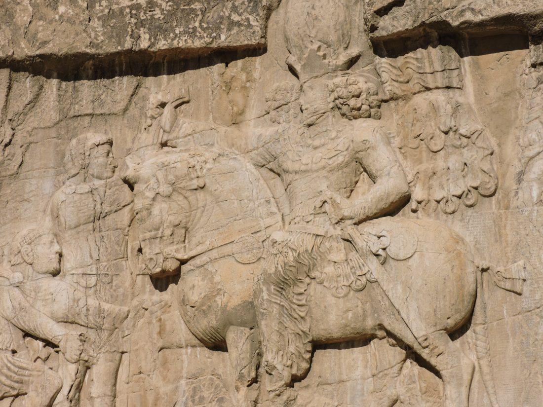L 'ocra dell' antichità: un rilievo a Naqsh-e Rostam vicino Shiraz raffigurante la vittoria di Sapore su due imperatori romani, Filippo l'Arabo (che implora la pace) e Valeriano