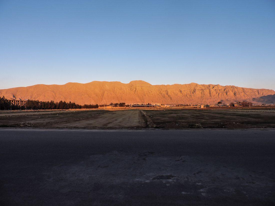 Il rosa dei tramonti: la luce del crepuscolo sulla roccia della montagna davanti al villaggio di Zargard vicino Shiraz