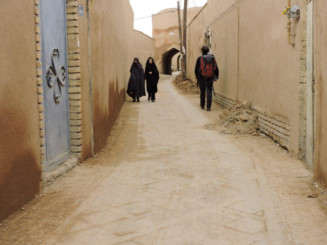 L' ocra delle città in Iran: una via del centro di Yazd con due donne in chador