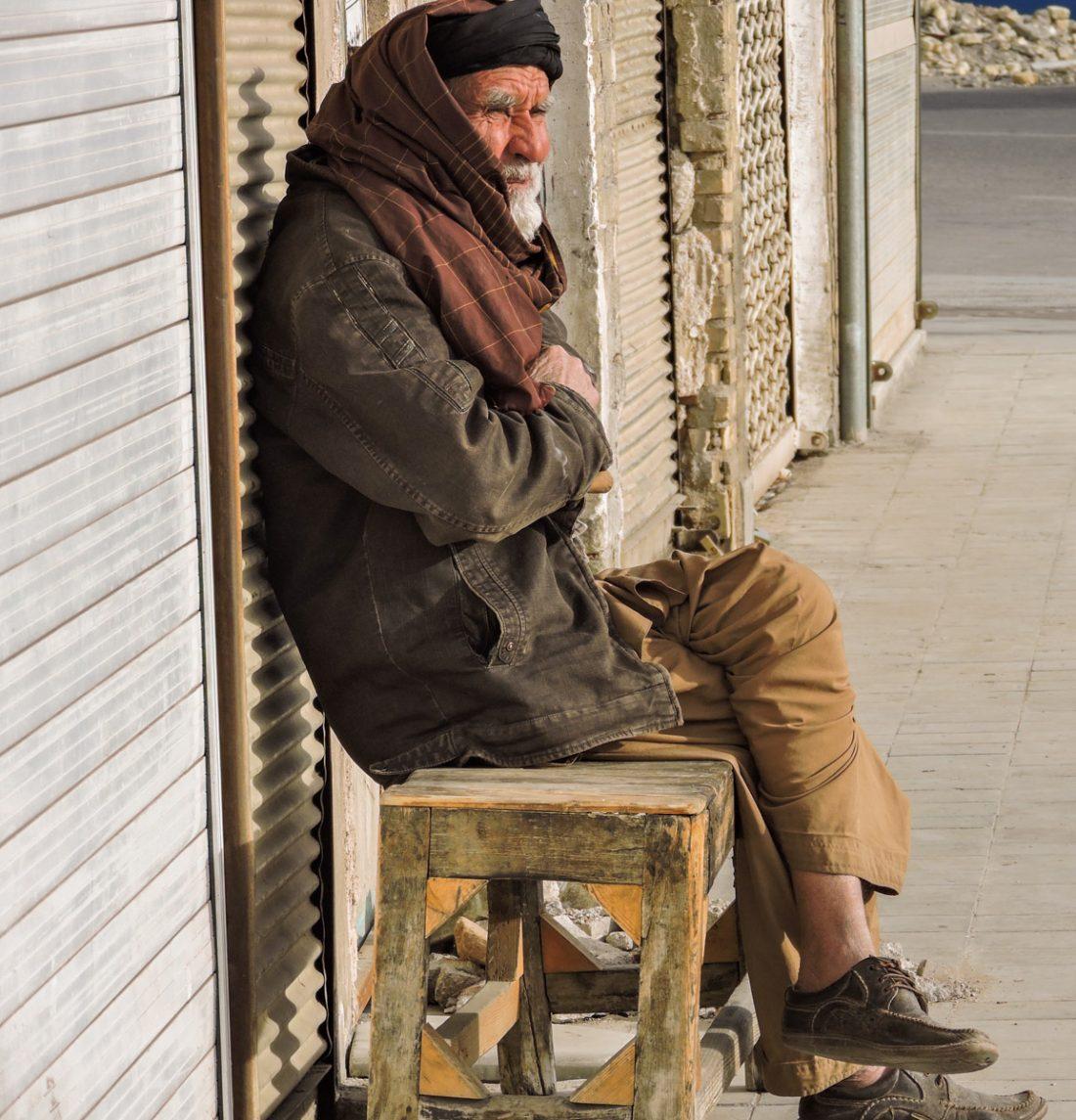 L' ocra delle città: un anziano seduto nel centro di Yazd
