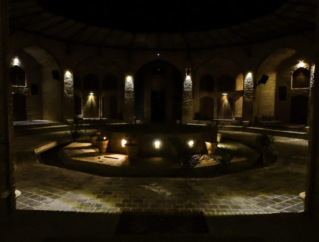 Il nero e la notte: il chiostro interno del caravanserai Zein-o-Din