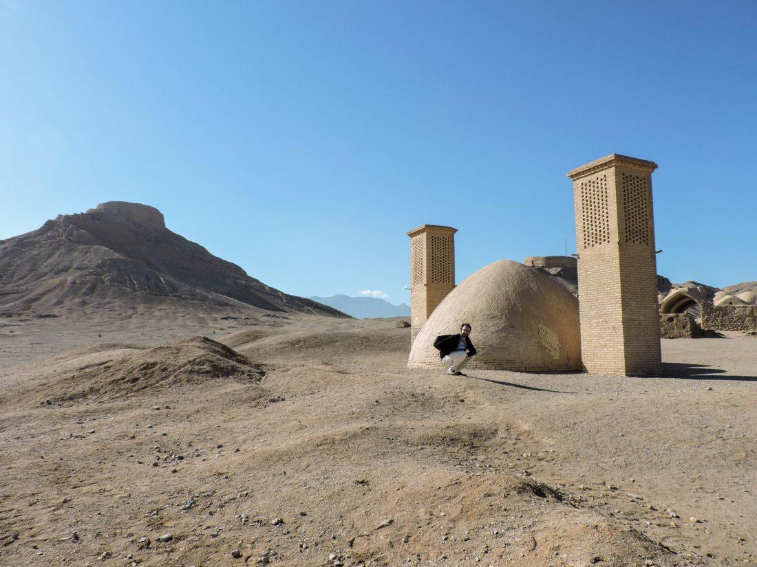 L 'ocra dell' antichità: un Ab anbar (cisterna d'acqua) e una torre del silenzio a Dakhmeh-ye Zartoshtiyun, un villaggio zoroastriano vicino Yazd