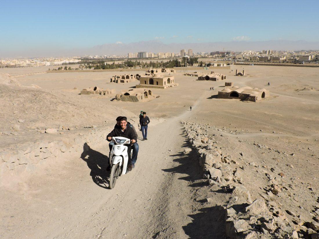 L 'ocra dell' antichità: ragazzi in motorino salgono sulla collina di una torre del silenzio a Dakhmeh-ye Zartoshtiyun, un villaggio zoroastriano vicino Yazd