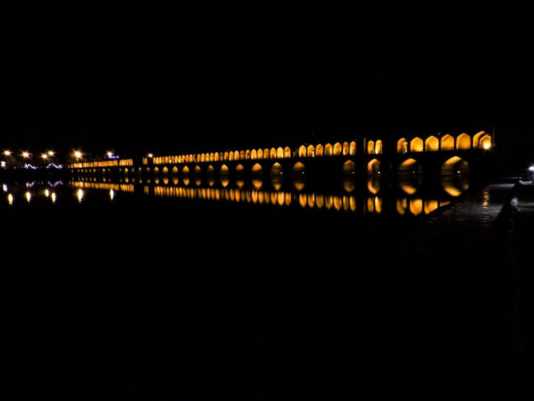 Il nero della notte: il ponte Si-o-se Pol illuminato