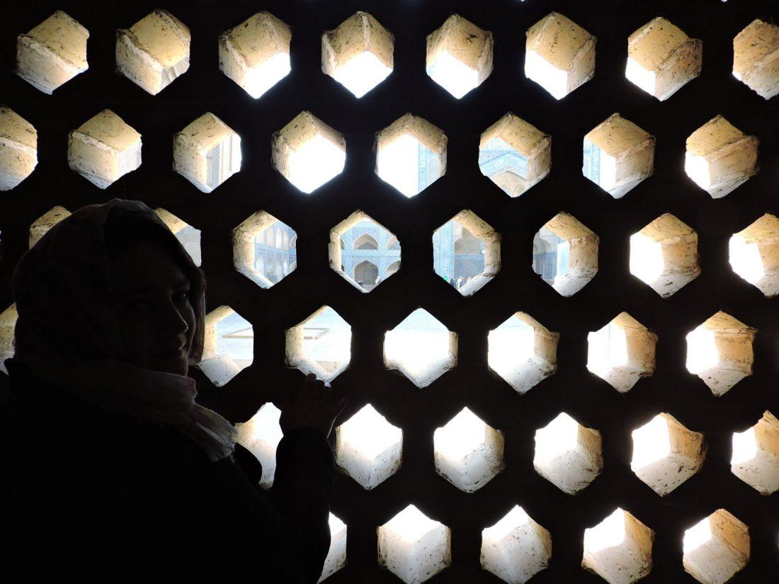 Il nero e l'islam: alle prigionera dietro una grata di Masjid-e-Jameh a Isfahan