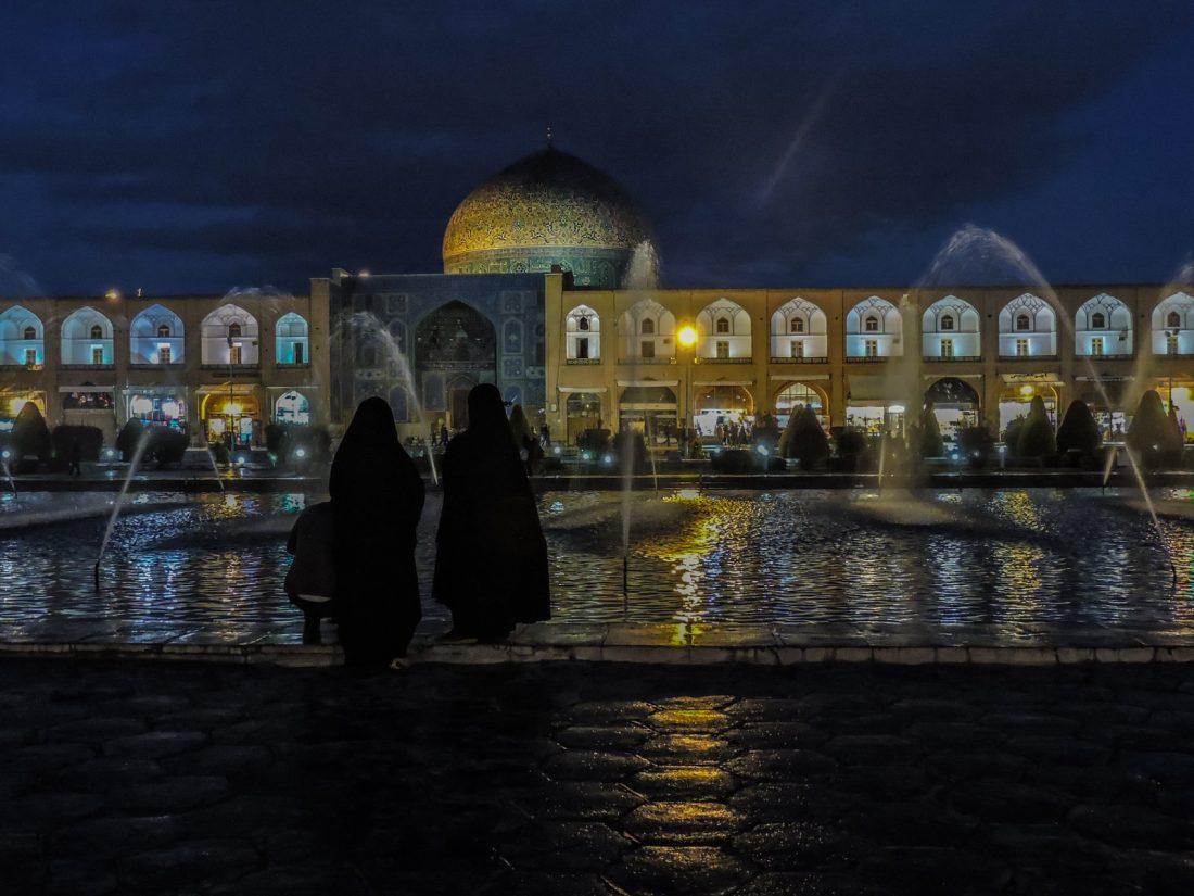 Il nero della notte: la piazza Naqsh-e jahàn e Loftollah sullo sfondo