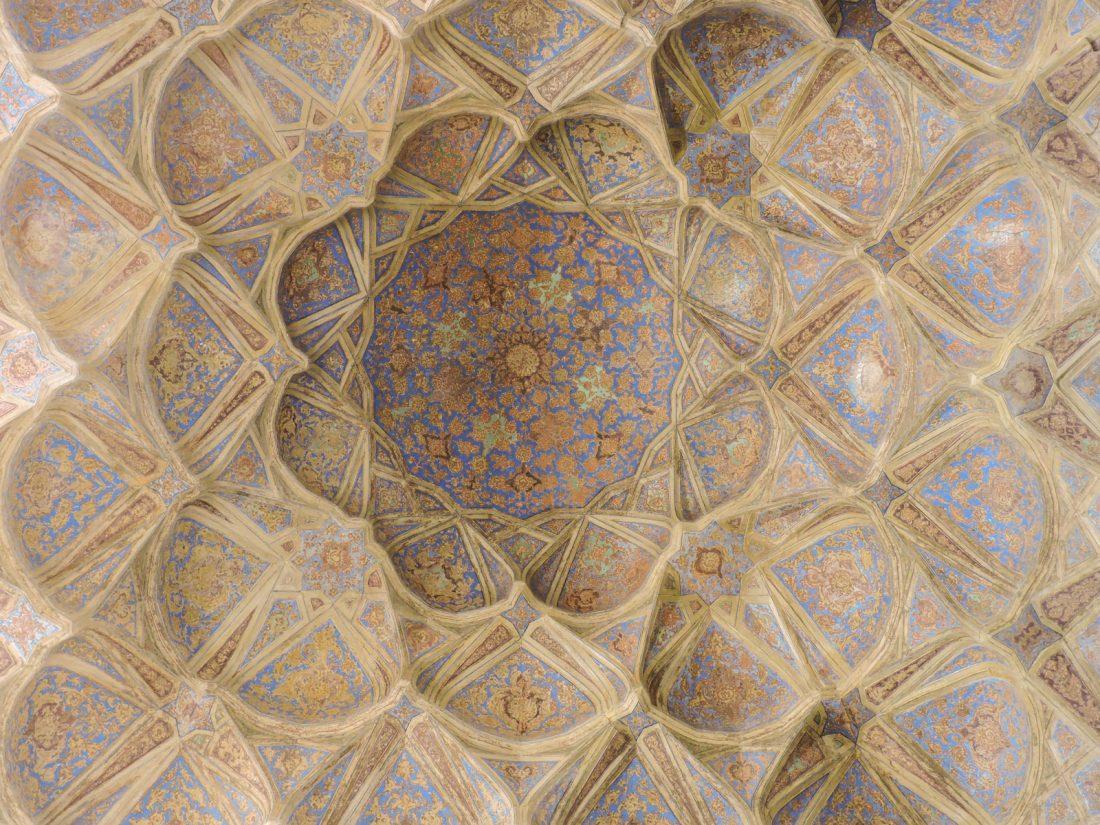 L'ocra delle geometrie in Iran: un soffitto del palazzo di Ali Qapu a Isfahan