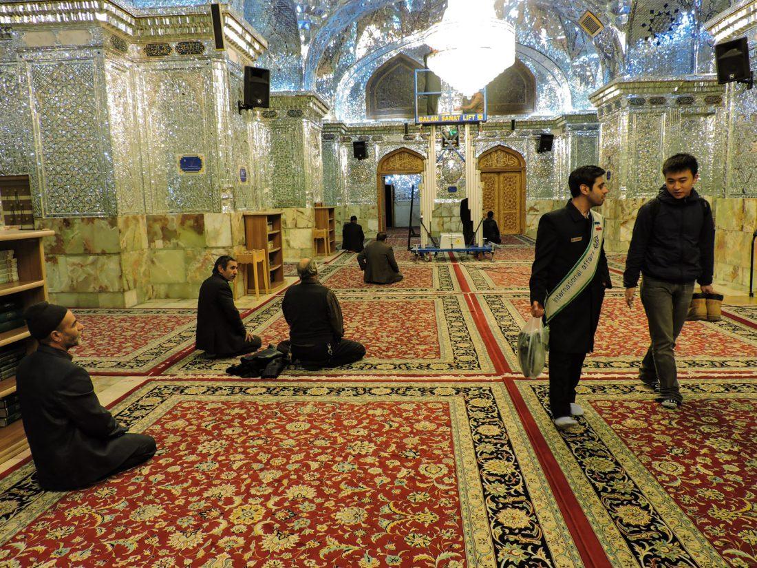 Interno della moschea degli specchi, Shah Cheragh, nel settore dedicato agli uomini.