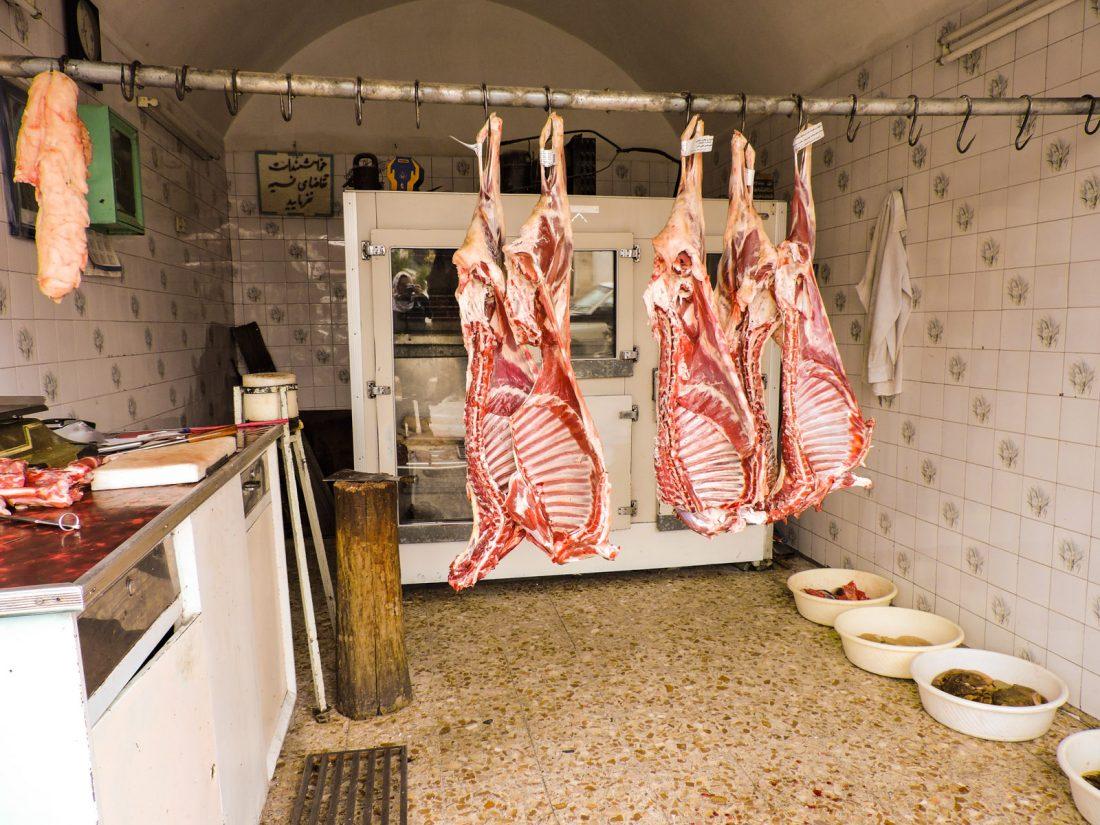 l'interno di una macelleria iraniana. Pacche di animali appese in condizioni igieniche non proprio confortanti