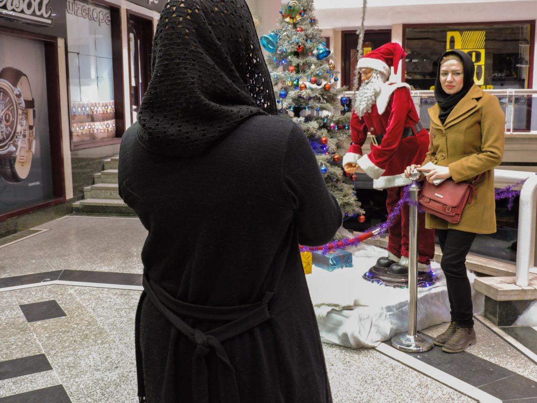 Foto in posa con Babbo Natale in un centro commerciale del quartiere armeno di Jolfa ad Esfahan. A Isfahan, in Iran, esiste una comunità armena raccolta nell'antico quartiere di Jolfa dove si festeggiano le feste cristiane