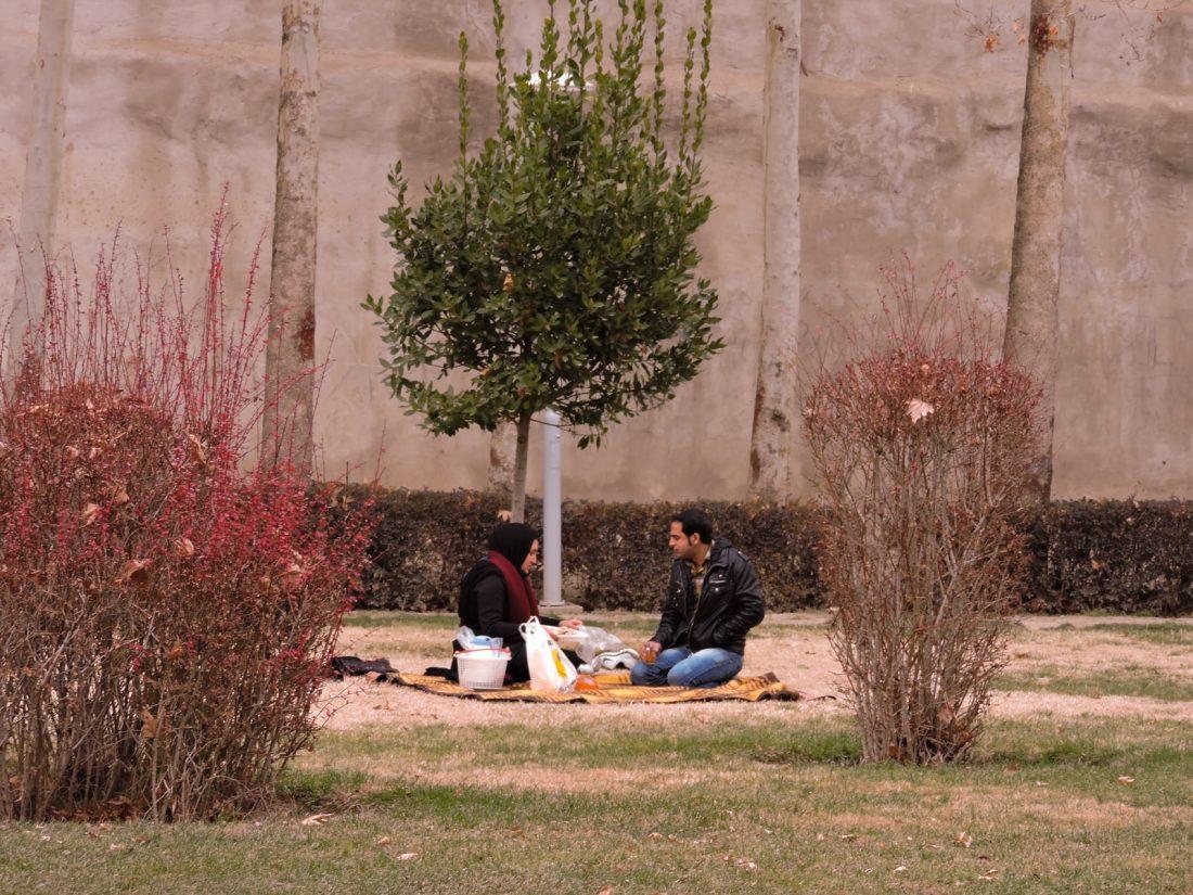 Una coppia fa un picnic vicino Piazza Naqsh-e jahàn. Il venerdì dei bus gratuiti portano gente dalla campagna a esfahan per la preghiera del venerdi. Molti ne approfittano per godersi la giornata in città