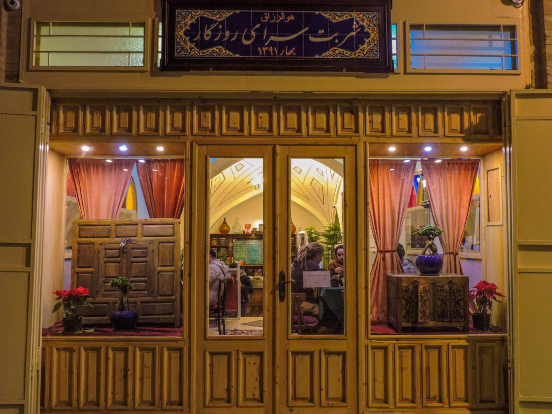 L'ingresso di un bar a Esfahan