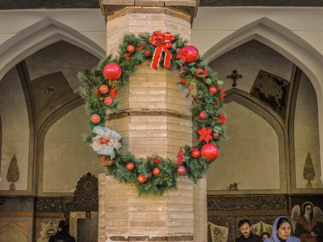 Una ghirlanda natalizia appesa ad un colonna della cattedrale di Vanknel quartiere armeno Jolfa di Esfahan