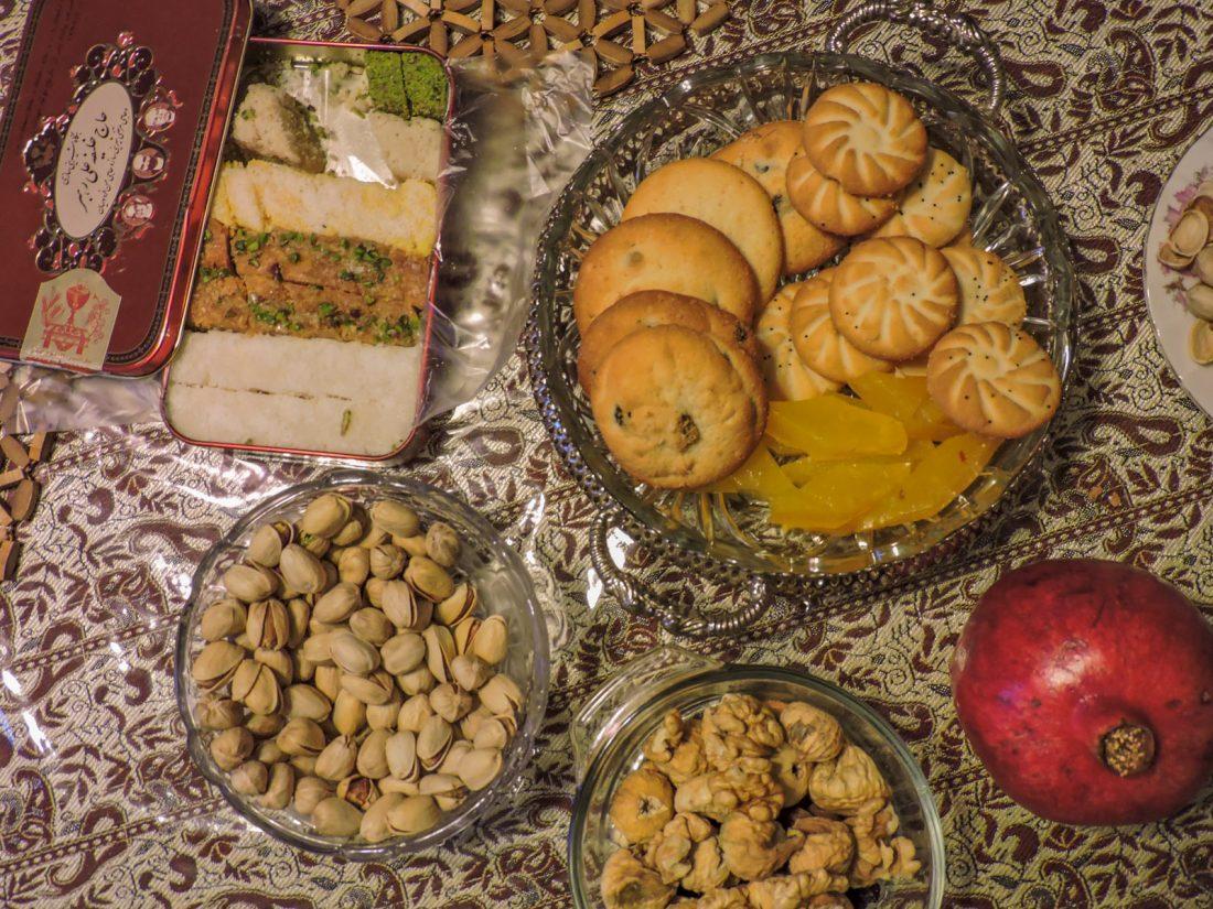 dolci e frutta come si usa a Teheran. A fine pasto in iran si consumano deliziosi biscotti, melograni e pistacchi.