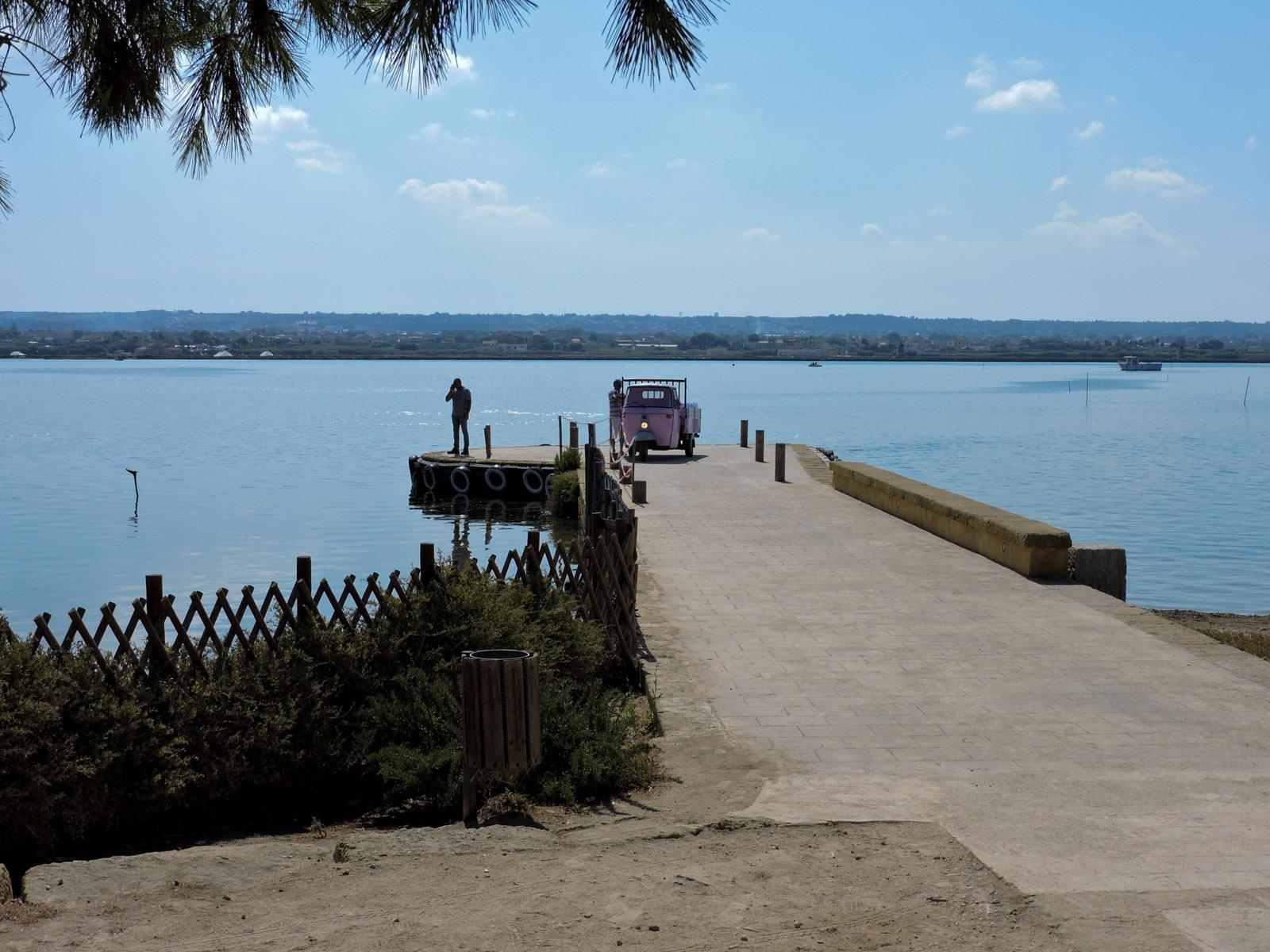 il pontile dove attraccano e ripartono i vaporetti e le barchette. La foto è fatta dall'ingresso dell'isola di Mozia