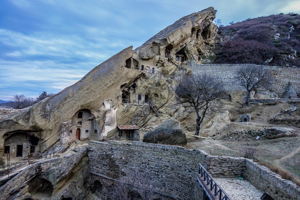 Le celle abitate dai monaci a Davit Gareia