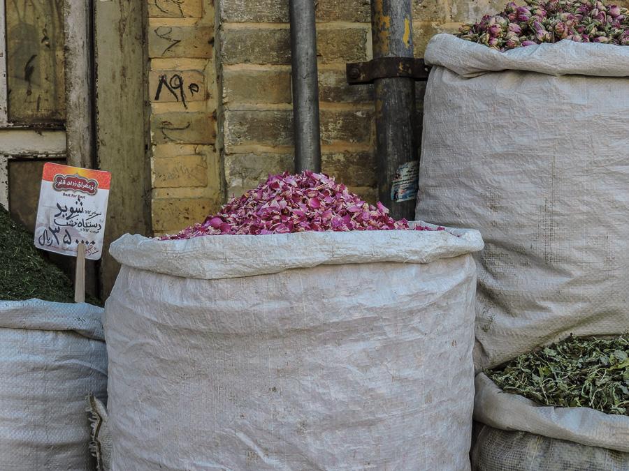 Merce esposta al bazar di Shiraz: fragranti boccioli di rosa da utilizzare in cucina