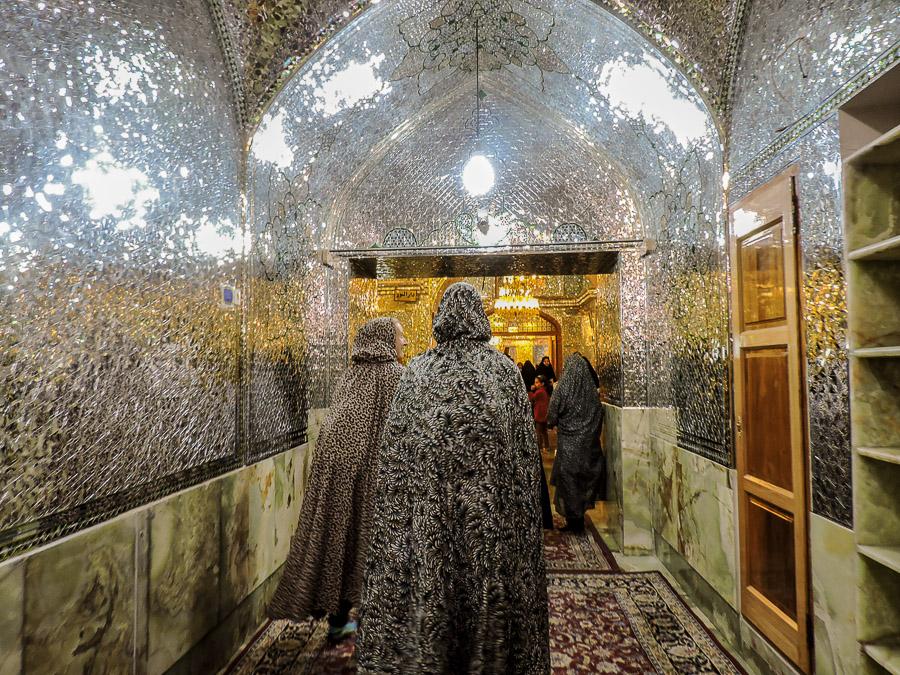 Gli interni dello Shah-e-Cheragh luogo di pellegrinaggio più importante di Shiraz