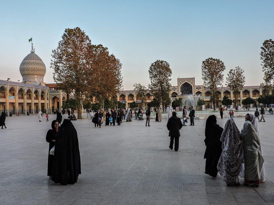 Il cortile del complesso religioso monumentale Shah-e-Cheragh a Shiraz