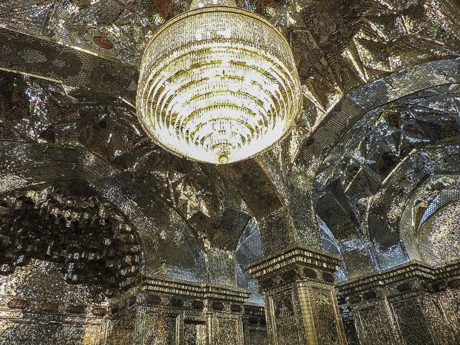 Gli interni dello Shah-e-Cheragh decorati con pezzi di specchi