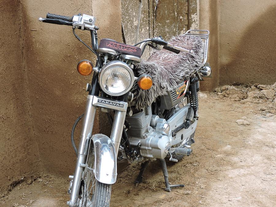 Moto parcheggiata fuori da una delle case della città vecchia di Yazd