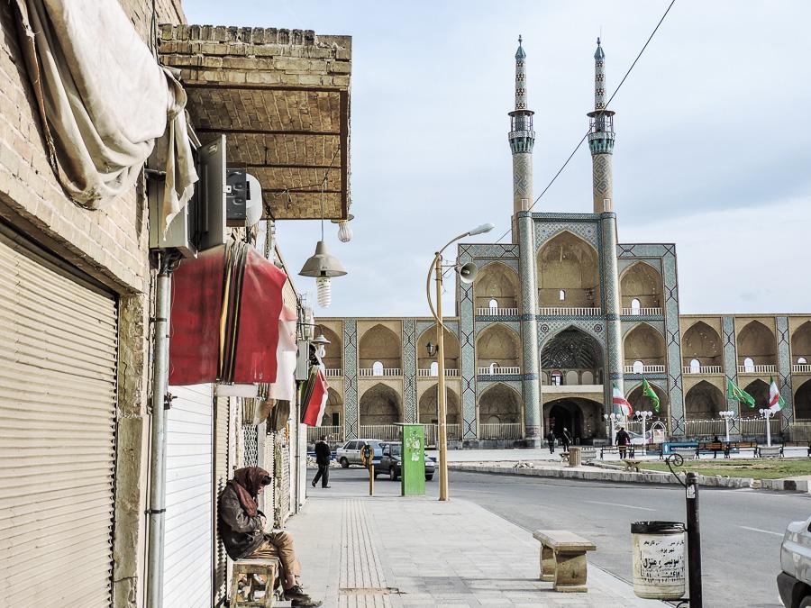 La vita scorre lenta poco lontano dall'Amir Chakhmaq Mosque Complex