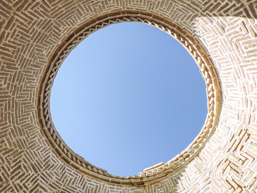 Cupola nel villaggio abbandonato sottostante le torri del silenzio