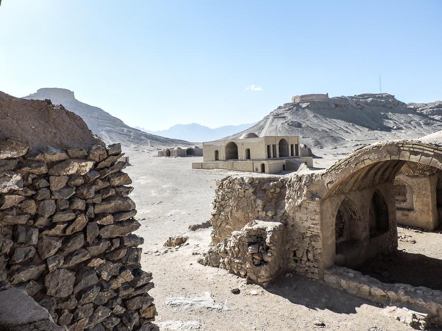 Villaggio abbandonato sottostante le torri del silenzio