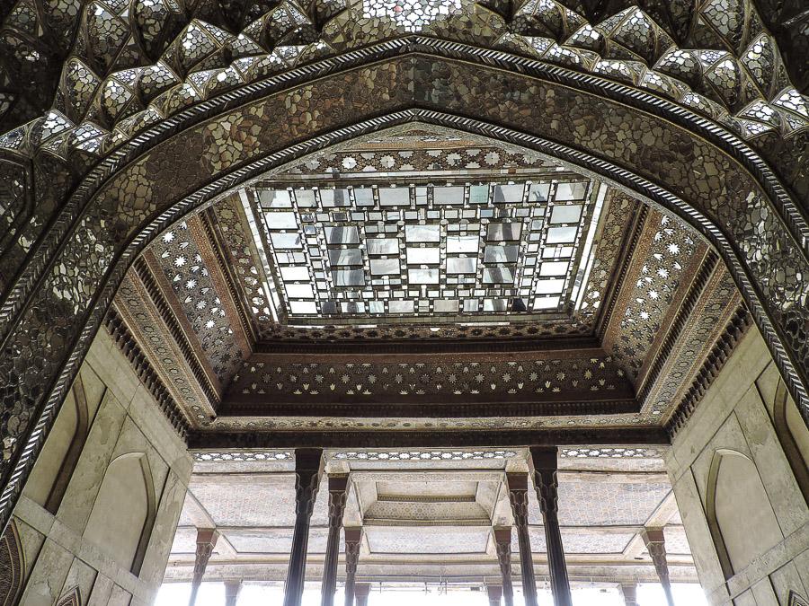Soffitti decorati a specchio all'interno del Chehel Sotoun