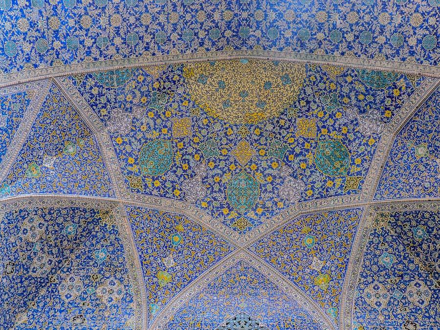 Le decorazioni all'interno della Moschea dello Scià