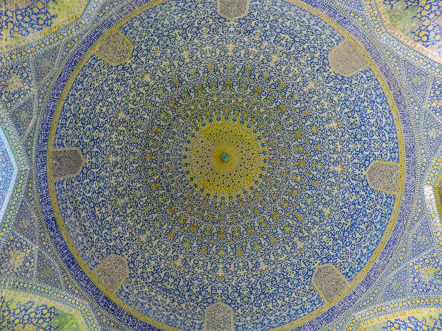 La cupola dalle decorazioni gialle e blu della Moschea dello Scià