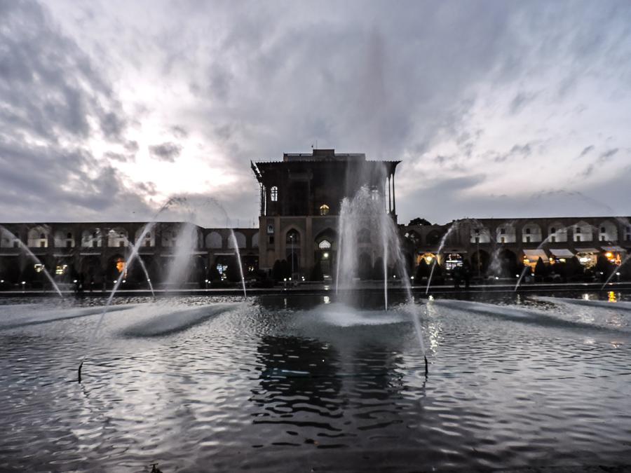 Ingresso dell'Ali Qapu Palace con fontana