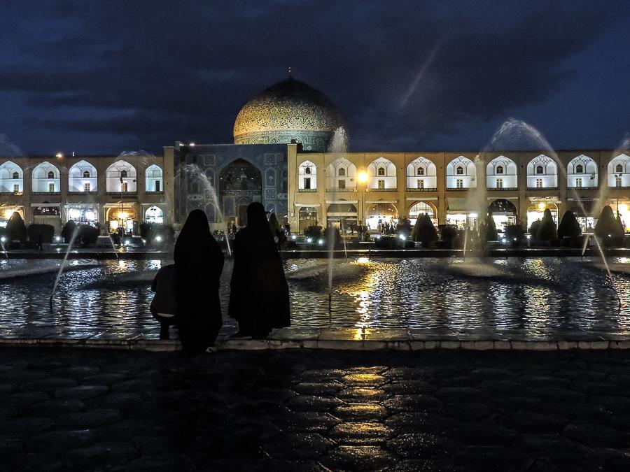 Veduta sulla Moschea Sheikh Lotfollah immortalata durante la notte