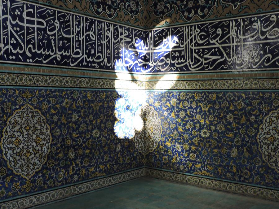 La luce del giorno investe le pareti della Moschea Sheikh Lotfollah