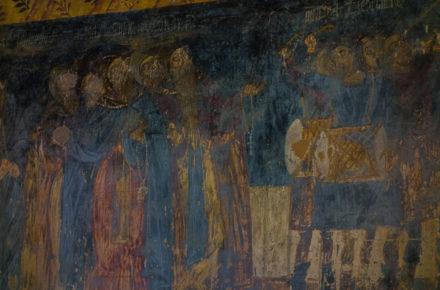 un affresco nell'interno della cattedrale di Mtskheta con i visi cancellati durante il dominio musulmano