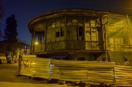 facciate decadenti nel centro storico di Tbilisi