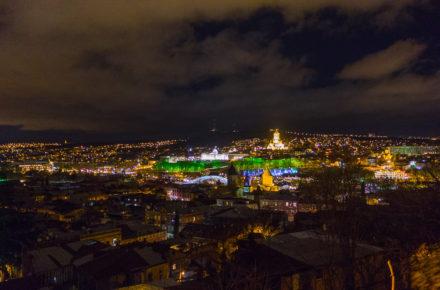 vista notturna di Tbilisi vista dalla parte vecchia